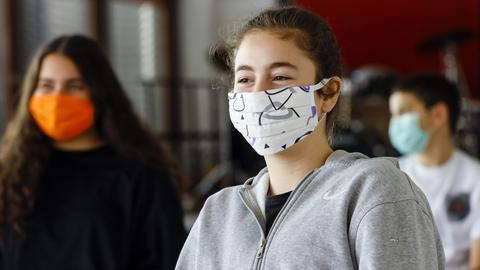 Schüler tragen Masken beim Unterricht