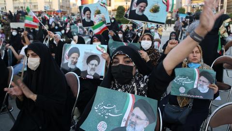 Mit Fotos und Fähnchen - Unterstützerinnen von Präsidentschaftkandidat Ebrahim Raisi in Theran