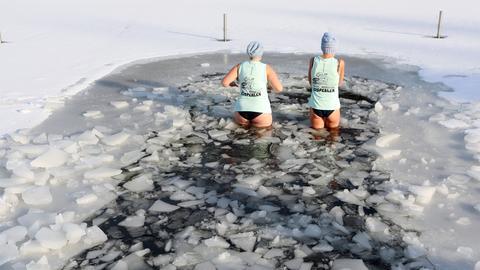 Zwei Frauen beim Eisbaden