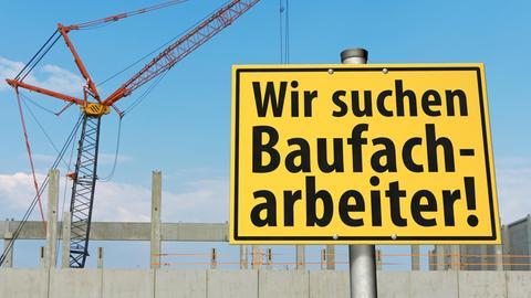 Baustelle mit Schild: Wir suchen Baufacharbeiter!