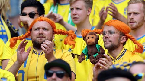 Frankreich, Paris, 13.06.2016, Fussball, UEFA Euro 2016, Irland - Schweden (1:1): Schwedische Fans mit Pipi Langstrumpf Perücken.