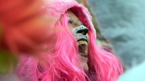 Eine Frau im Kuscheltierkostüm