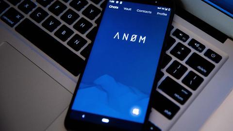 """Eine Handy, das in der verschlüssselte Netzwerk """"Anom"""" eingelockt ist."""