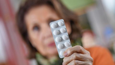 Eine Frau hält Tabletten
