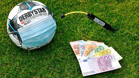 Spielball adidas Derbystar, EURO Geldscheine, Mundschutzmaske, Ballpumpe, Symbolbild Bundesliga am Beatmungsgerät.
