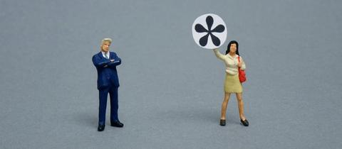 Zwei Figuren sind mit einem Gendersternchen abgebildet.