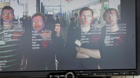 Monitor mit einem Gesichtserkennungsprogramm des Fraunhofer Instituts,