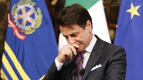 Giuseppe Conte, Ministerpräsident von Italien, spricht im Palazzo Chigi mit Reportern während einer Pressekonferenz.