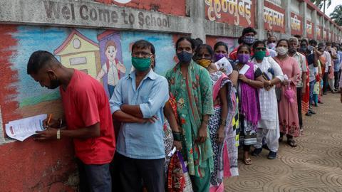 Warteschlange vor einem Impfzentrum in Indien