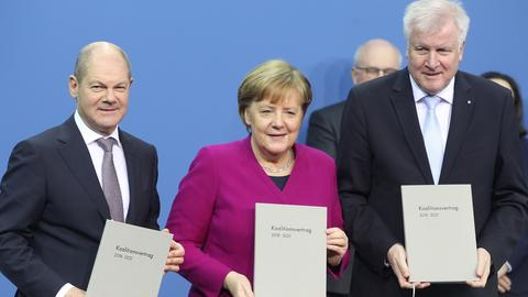 Olaf Scholz (SPD), Angal Merkel (CDU) und Horst Seehofer (CSU) nach der Unterzeichnung des  Koalitionsvertrages in Berlin