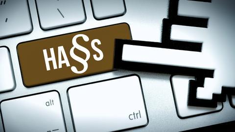 Fotomontage: Computertaste mit der Aufschrift Hass und Paragrafenzeichen