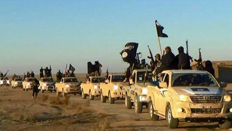 Das undatierte Foto, das von einer militanten Website über die Nachrichtenagentur AP zur Verfügung gestellt wurde, zeigt einen Fahrzeugkonvoi mit Mitgliedern der Terrormiliz Islamischer Staat (IS), auf dem Weg von Al-Rakka (Syrien) in den Irak.