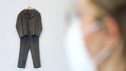"""Den Filzanzug (1970) von Joseph Beuys schaut sich im Ruhrmuseum eine Fachbesucherin an. Die Ausstellung """"Die Unsichtbare Skulptur. Der erweiterte Kunstbegriff nach Joseph Beuys"""" zeigt vom 10.05. bis 26.09.2021 die gesellschaftspolitischen Dimensionen im Werk des Künstlers."""