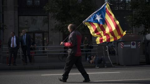 Ein Mann trägt am 10.10.2017 in Barcelona (Spanien) bei einer Demonstration eine «Estelada» Flagge. Wenige Stunden vor dem geplanten Auftritt des katalanischen Regierungschefs vor dem Regionalparlament in Barcelona steigen in Spanien Spannung und Nervosität. Sollte Puigdemont tatsächlich die Unabhängigkeit der Region ausrufen, droht eine harte Reaktion aus Madrid