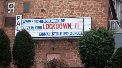 """Mit dem Slogan """"Jetzt im Kino: Lockdown II - Einmal Stille und zurück"""" machen die Inhaber eines Kinos in Gelnhausen auf die coronabedingte Schließung des Lichtspielhauses aufmerksam."""