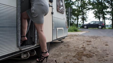 Die Prostituierte Vicky betritt am 28.05.2015 bei Uetze (Niedersachsen) ihr sogenanntes Lovemobil. In einem Waldstück bei Burgdorf stehen Prostituierte, die in ihren Wohnmobilen anschaffen.