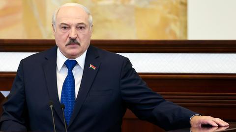 Alexander Lukaschenko, Präsident von Belarus, spricht vor dem Parlament in Minsk. Nach nahezu einhelliger internationaler Kritik an der erzwungenen Landung eines Passagierflugzeugs in Belarus hat Machthaber Lukaschenko die Aktion verteidigt.