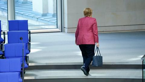 30.09.2020, Berlin, Angela Merkel die Bundeskanzlerin verlaesst das Plenum bei der 179. Sitzung des Deutschen Bundestag in Berlin