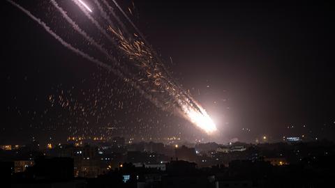 Raketen werden aus dem Gaza-Streifen in Richtung Israel abgefeuert. Militante Hamas-Kämpfer feuerten Dutzende von Raketen auf Israel ab, darunter ein Sperrfeuer, das Luftschutzsirenen bis nach Jerusalem auslöste, nachdem Hunderte von Palästinensern bei Zusammenstößen mit der israelischen Polizei an einem religiösen Brennpunkt in der umkämpften heiligen Stadt verletzt worden waren.
