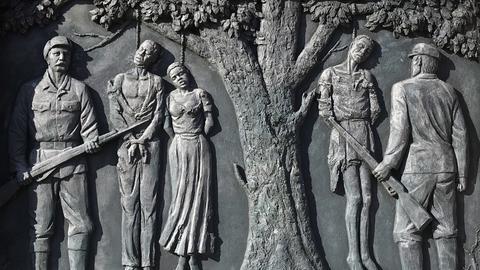 Ein Denkmal zur Erinnerung an den von deutschen Kolonialtruppen begangenen Völkermord an den Herero und Nama (etwas 1904-1907) im Zentrum der namibischen Hauptstadt Windhuk. Die Inschrift laut übersetzt etwa: «Ihr Blut nährt unsere Freiheit».