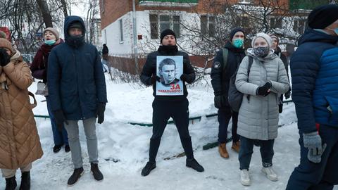 Ein Anhänger des russischen Oppositionspolitikers Nawalny hält vor der Polizeiwache in Chimki ein Plakat mit der Aufschrift «Für Nawalny».