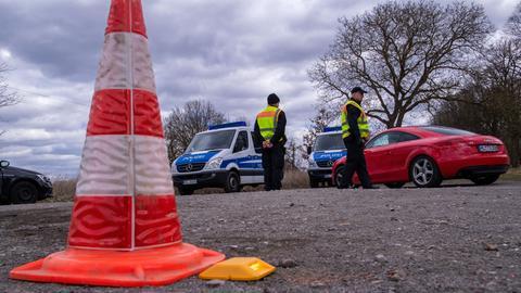 An der Bundesstraße B208 an der Landesgrenze zwischen Mecklenburg-Vorpommern und Schleswig-Holstein kontrollieren Polizisten Fahrzeuge die nicht in Mecklenburg-Vorpommern zugelassen sind. Mit den Kontrollen will die Landesregierung von Mecklenburg-Vorpommern vor allem einen weiteren Zustrom von Touristen unterbinden, um eine weitere Verbreitung des Coronavirus zu verlangsamen.