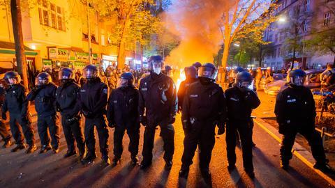 Polizei steht an einem Brand auf der Straße am Rande der Demonstration linker und linksradikaler Gruppen unter dem Motto «Demonstration zum revolutionären 1. Mai».