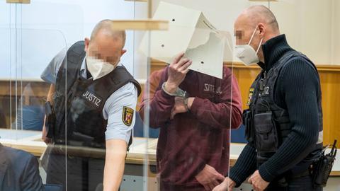 Der Angeklagte Eyad A. betritt vor der Urteilsverkündung den Gerichtssaal des Oberlandesgerichts. Der nach Deutschland geflohene und hier festgenommene 44-Jährige war Agent des staatlichen Allgemeinen Geheimdienstes in Syrien gewesen. Nach Überzeugung des Gerichts machte er sich der Folter und der Freiheitsberaubung schuldig. (Foto vom 24.02.2021)