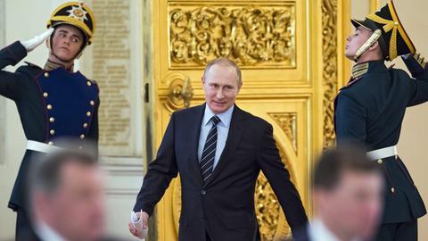 Wladimir Putin, Präsident von Russland, betritt durch eine goldene Tür den Georgssaal. Wladimir Putin, Präsident von Russland, betritt durch eine goldene Tür den Georgssaal.