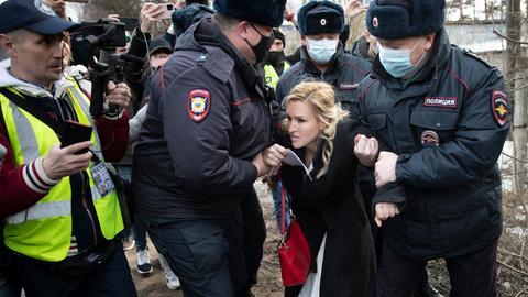 Anastassija Wassiljewa, Vorsitzende der Allianz der Ärzte und Ärztin von Kremelgegner Nawalny, wird vor dem Straflagers IK-2 von Polizisten festgehalten. Russische Ärzte haben am Straflager vergeblich Zugang zu dem erkrankten Kremlgegner Nawalny gefordert. Dort wollten Mediziner der unabhängigen Allianz der Ärzte dem politischen Gefangenen helfen.