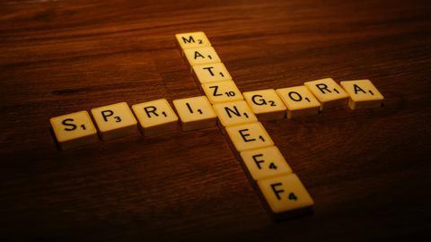 """Scrabble-Buchstaben formen die Wörter """"Matzneff"""" und """"Springora"""""""