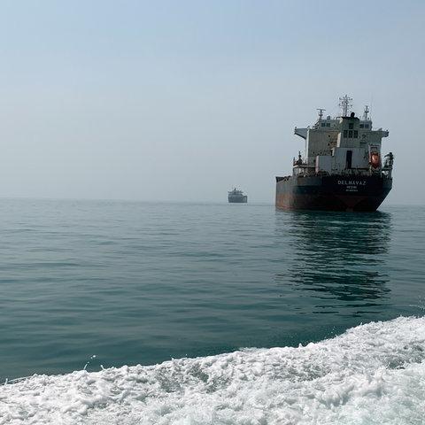 Iranische Öl- und Frachtschiffe im Persischen Golf vor der vor der Straße von Hormus. Durch die Straße von Hormus wird fast ein Drittel der weltweiten Ölexporte verschifft.