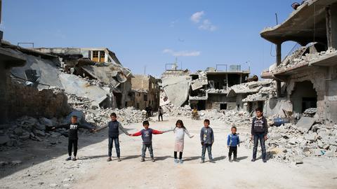 Kinder spielen im zerstörten Atarib in Syrien.
