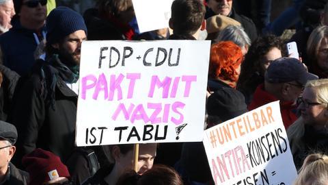 Teilnehmer einer Demonstration gegen die Wahl des FDP-Politikers Kemmerich zum Thüringer Ministerpräsidenten mit Stimmern der AfD