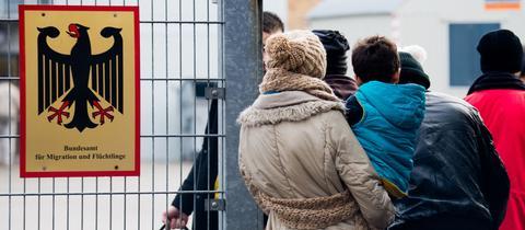 Menschen vor dem Bundesamt für Migration