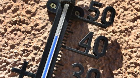 Ein in der Sonne hängendes Thermometer zeigt eine Temperatur von über 40 Grad Celsius