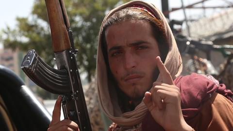 Ein Taliban-Kämpfer in den Straßen von Kabul