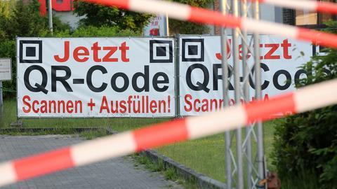 Mit weiß-rotem Flatterband ist die Zufahrt zu einem Testzentrum versperrt. Die Betreiber eines Corona-Testzentrums in Pinneberg stehen im Verdacht, Testergebnisse ohne Tests produziert zu haben.