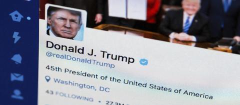 Smartphone mit Twitteraccount von Donald Trump