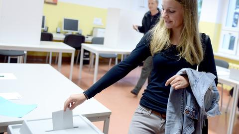 Erstwählerin Nadja (17) wirft am 14.09.2014 in Falkensee (Brandenburg) einen Wahlzettel in eine Wahlurne.