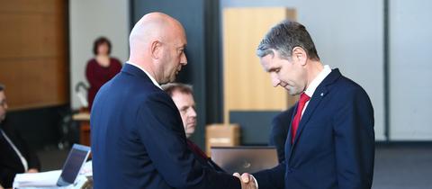 Björn Höcke, AfD Thüringen (rechts) gratuliert dem neuen Ministerpräsidenten Thomas L. Kemmerich (FDP)