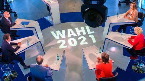 Die Spitzenkandidaten ihrer Parteien für die Landtagswahl am 06. Juni 2021 in Sachsen-Anhalt, Oliver Kirchner (l-r, AfD), Lydia Hüskens (FDP), Reiner Haseloff (CDU), Ministerpräsident des Landes, Katja Pähle (SPD), Cornelia Lüddemann (Bündnis 90/Die Grünen) und Eva von Angern (Die Linke) sitzen im Studio der MDR-Wahl-Arena im MDR-Landesfunkhaus.