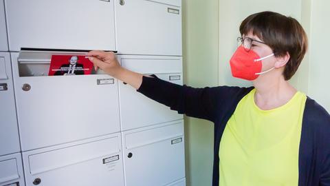 Saskia Esken, Bundesvorsitzende der SPD, steckt bei einem Bildtermin zum Start des Tür-zu-Tür-Wahlkampfes der SPD einen Flyer von SPD-Kanzlerkandidat Scholz in einen Briefkasten.