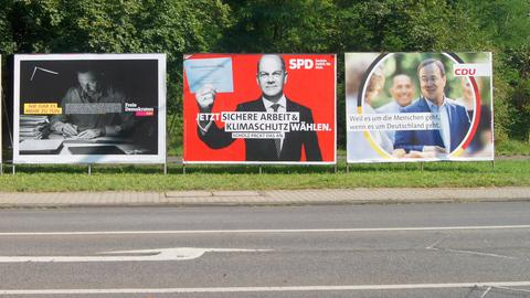 Bundestagswahl 2021. Wahlwerbung. Parteien buhlen auf Großplakaten um Wählerstimmen.