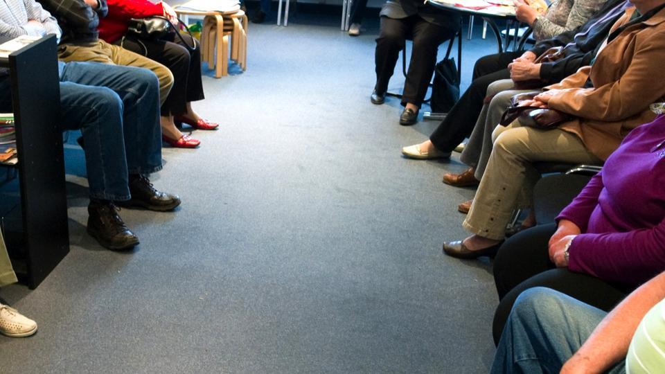 Viele Patienten sitzen in einem Wartezimmer einer Arztpraxis