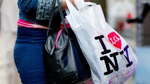"Frau trägt Einkaufstüte mit Logo ""I love NY"""