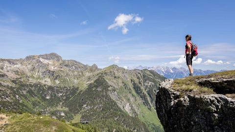 Frau auf Alpengipfel