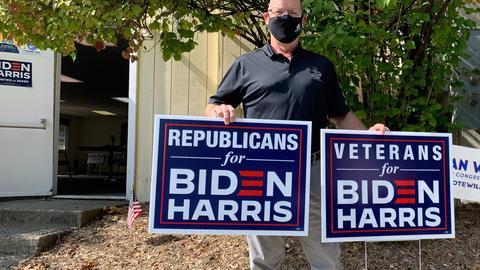 Der 52-jährige ehemalige Soldat Bob Yarnall, bekennender Republikaner, steht mit Wahlkampf-Schildern der Republikaner für den demokratischen Präsidentschaftskandidaten J. Biden und Vize-Präsidentschaftskandidatin K. Harris vor dem Wahlkampfbüro.