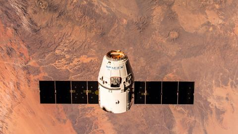 Ein Raumtransporter von SpaceX nähert sich der ISS