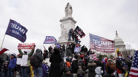 Pro-Trump-Anhänger verletzen den Sicherheitsbereich des US-Kapitols, um gegen die Stimmenzahl des Wahlkollegiums zu protestieren